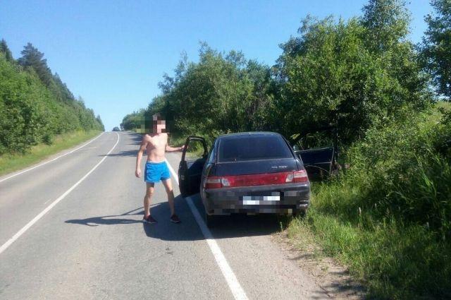 После столкновения из-за руля вышел парень и неуверенной походкой пошел в сторону пострадавшего водителя.
