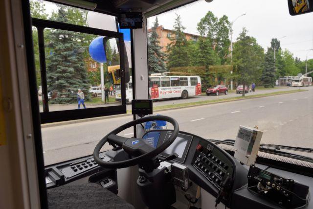 Троллейбус загорелся на дороге.
