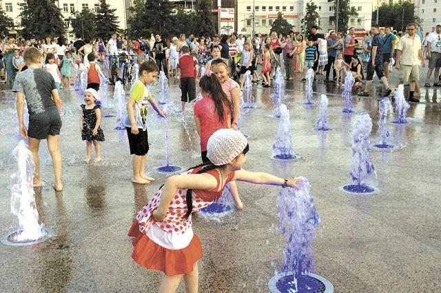 Роспотребнадзор не рекомендует купаться в фонтанах.