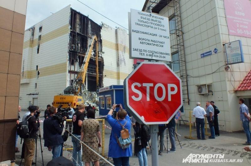 14 июля снос «Зимней вишни» стартовал вновь. 19 июля в Кемерове начали работать специалисты компании «ReФорма» из Екатеринбурга. С собой они привезли экскаватор-разрушитель.