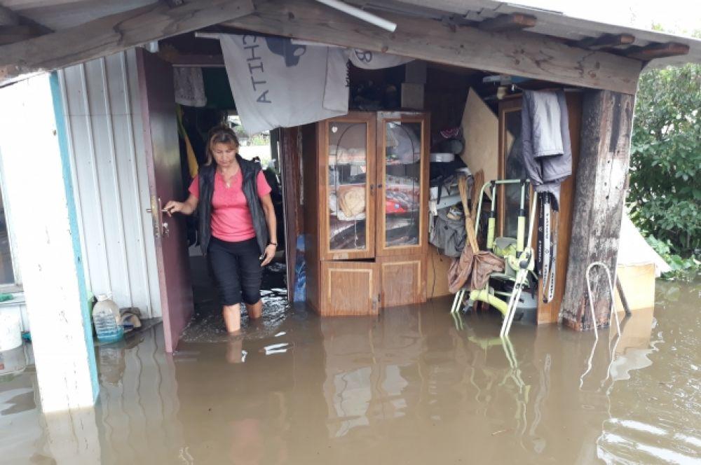 Домик, в котором живут сын с невесткой, полностью затоплен водой.