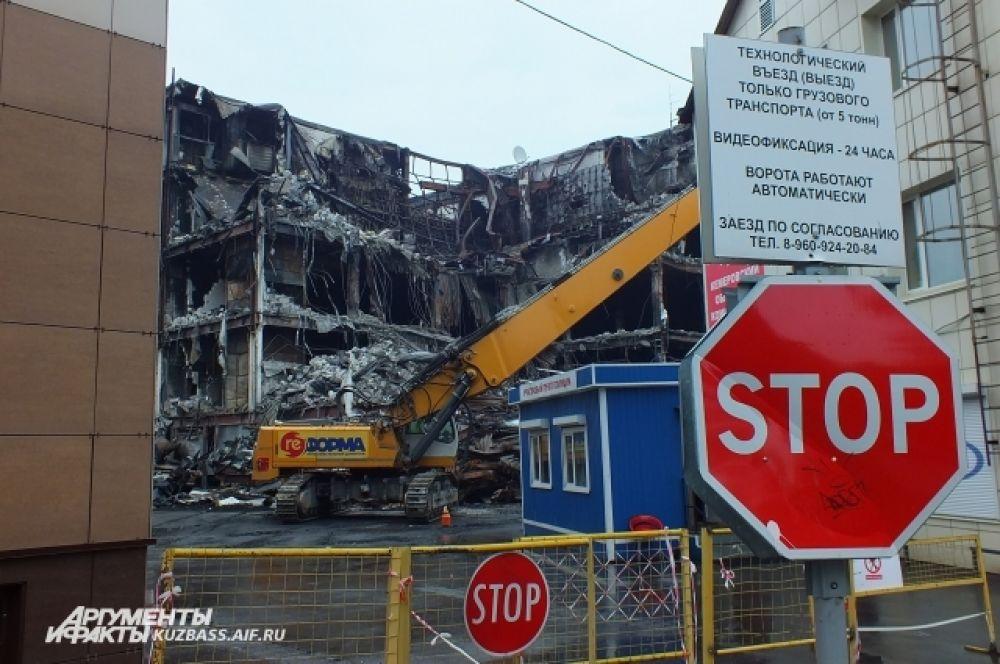 Через четыре дня работы разрушителя здание, в котором бушевал пожар, потеряло значительную часть облицовки.