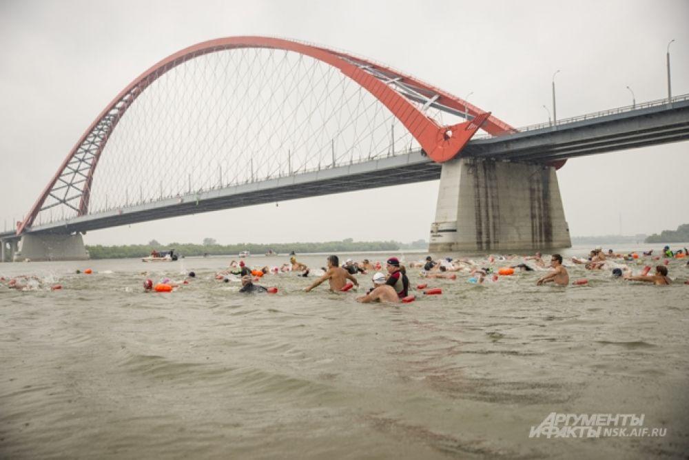 Финишировали пловцы хоть и не все сразу, зато в полном составе на противоположном берегу реки, на Михайловской набережной.