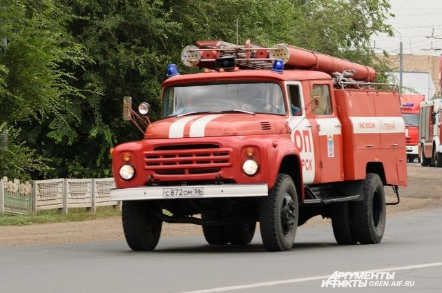 В Оренбурге 15 пожарных тушили возгорание на ул. Сергея Лазо.