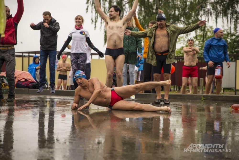 Пока остальные до последнего не хотели снимать куртки, они лихо показывали чудеса гибкости во время разминки на мокрой площадке.