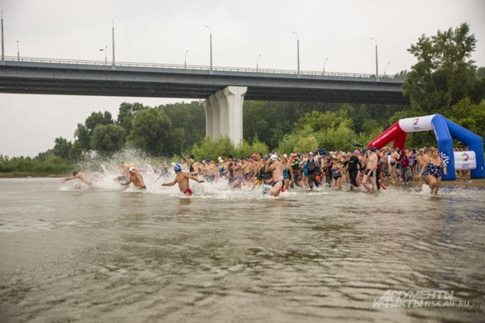 Кстати, несмотря на резкое похолодание вода в Оби к утру воскресенья еще не успела сильно остыть. Термометр показывал +21,4 градуса - это почти столько же, как и в жаркий день.