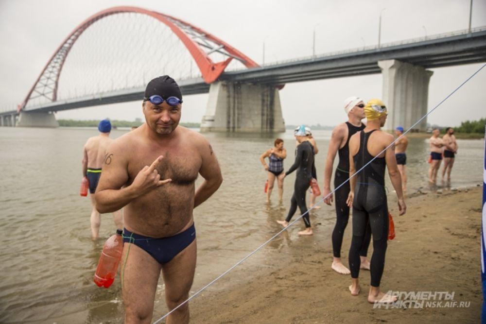 Пловцам предстояло переплыть реку от Бугринской рощи до Михайловской набережной - это 2,3 км. К дистанции допускались только участники от 18 лет, имеющие плавательную подготовку не ниже третьего спортивного разряда.