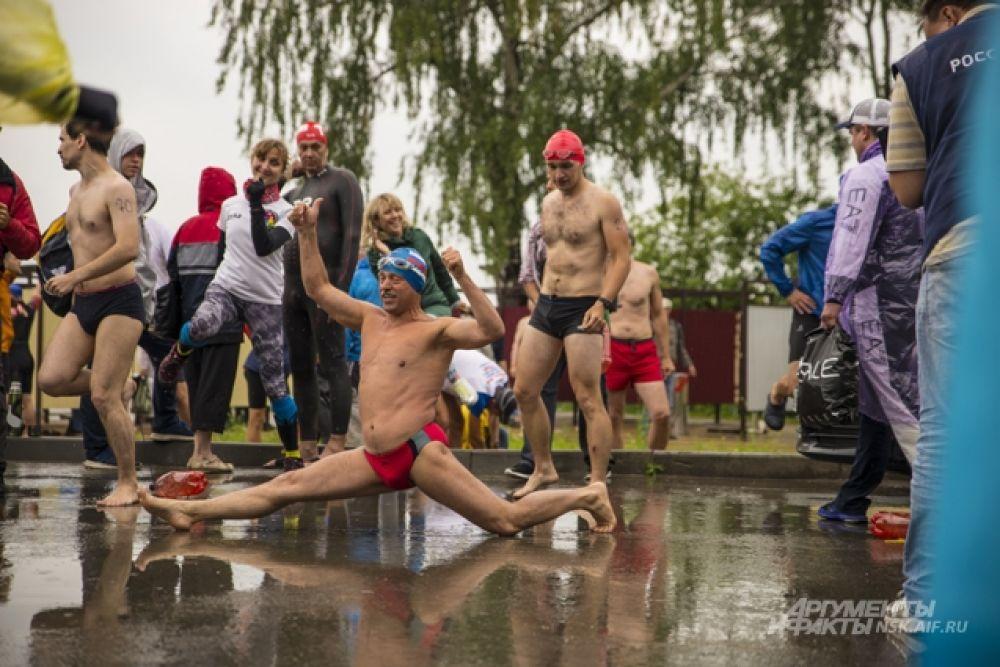 Интересно что в числе самых отважных, кто не испугался погоды, больше всего было пловцов старшей возрастной группы.