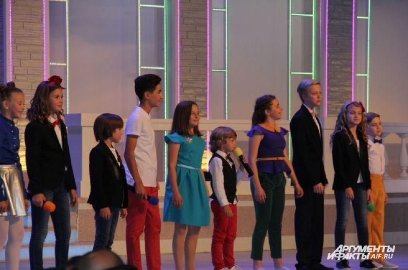 Фестиваль открыла Сборная «Детского КВН». Ей вручили «КиВиНа в сладком». Торт пришлось выносить на сцену вчетвером.