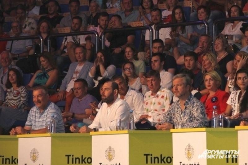 Владислав Третьяк с прессой и поклонниками не общался. Зрители в зале ему кричали «Шайбу! Шайбу».