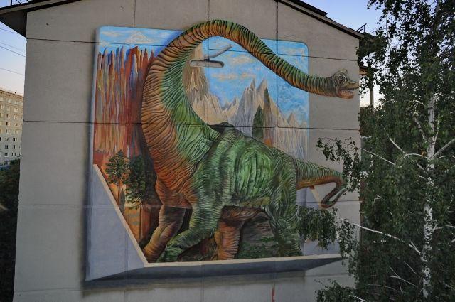 Уличные художники рисуют на стенах объемные картины.