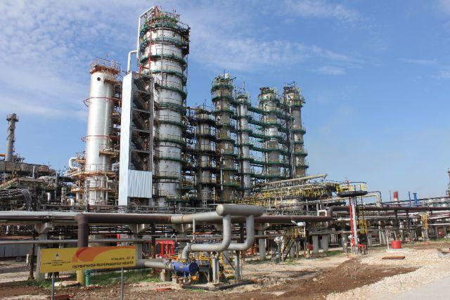 Установка первичной переработки нефти.