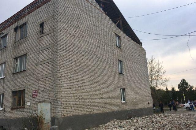 Обрушившаяся часть дома - восстановительные работы.
