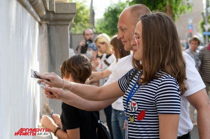 Глава Южного округа города Оренбурга - Гузаревич Артем Валентинович тоже принял участие в начале работ.
