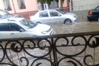 В центре Краснодара по улице Ленина плывут автомобили.