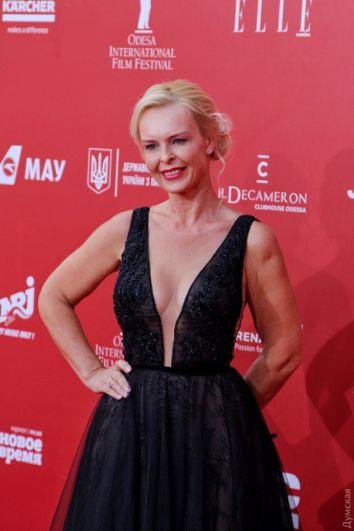 А вот здесь девушка оделась, видимо посмотрев на голливудских звезд. Не учла она одного - платье для красной дорожке в Одессе слишком откровенное и яркое (да да), как для кинофестиваля.