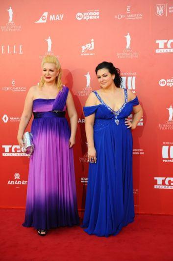 И вновь классика жанра - вроде бы подходящие платья для вечера. Но это - фасон платьев на выпускной и на женщинах-не выпускницах, тем более в теле, он смотрится очень странно. Да и цвет слишком яркий.