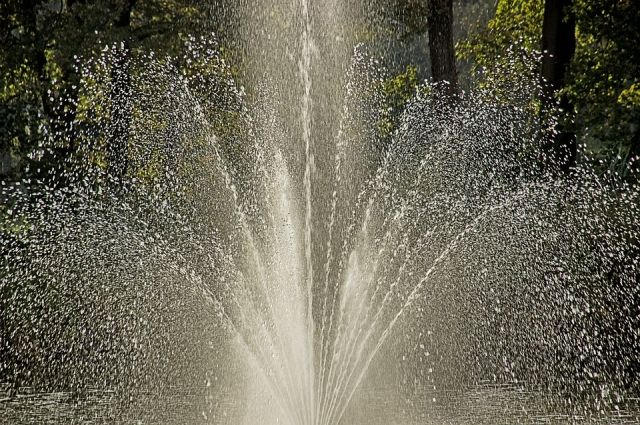 Уренгойцы купаются и мусорят в фонтане