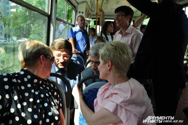 Трамвай остановили, чтобы дождаться приезда скорой помощи.