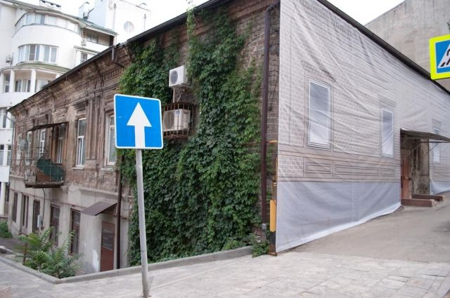 Ветхие фасады, вместо ремонта, закрыли картинками.