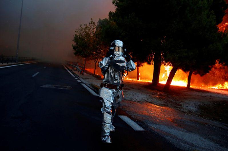 Пожарный в городе Рафина недалеко от Афин.