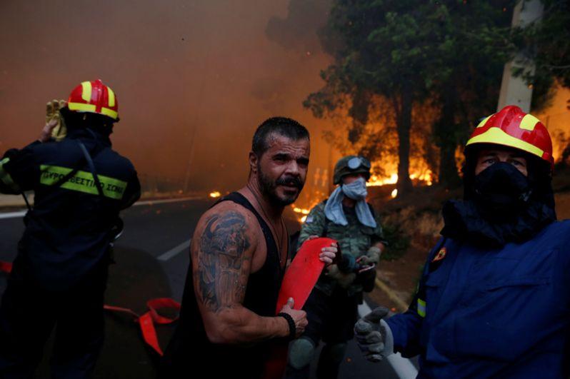 Спасатели и местные жители во время пожара.
