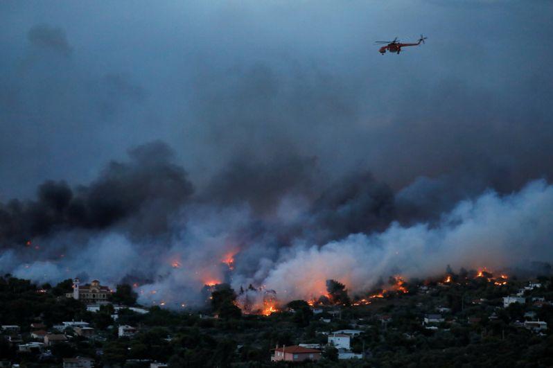 Лесные пожары в городе Рафина недалеко от Афин.