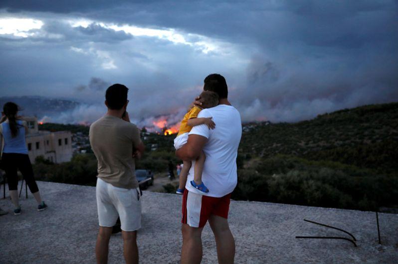 Местные жители во время пожара.