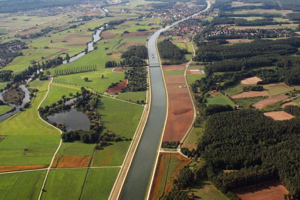 Канал Рейн-Майн-Дунай в Германии — один из самых длинных в мире (171 километр). Обеспечивает транспортное речное сообщение между Атлантическим океаном, Северным морем и Черным морем. Начинается от города Бамберг, протекает через Нюрнберг и соединяется с Дунаем у города Кельхайм.