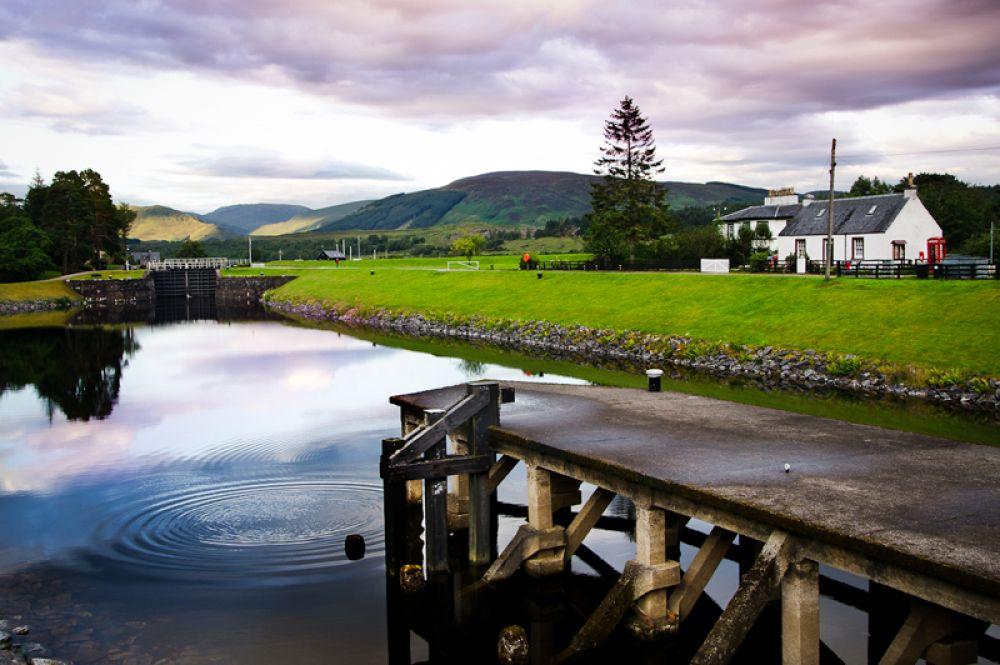 Каледонский канал. Канал протянулся на 100 километров с северо-востока на юго-запад Шотландии и соединяет заливы Мори-Ферт Северного моря и Лох-Линне Атлантического океана. Только треть его проложена человеком, большую часть формируют озера Лох-Дохфур, Лох-Несс, Лох-Ойх и Лох-Лохи.