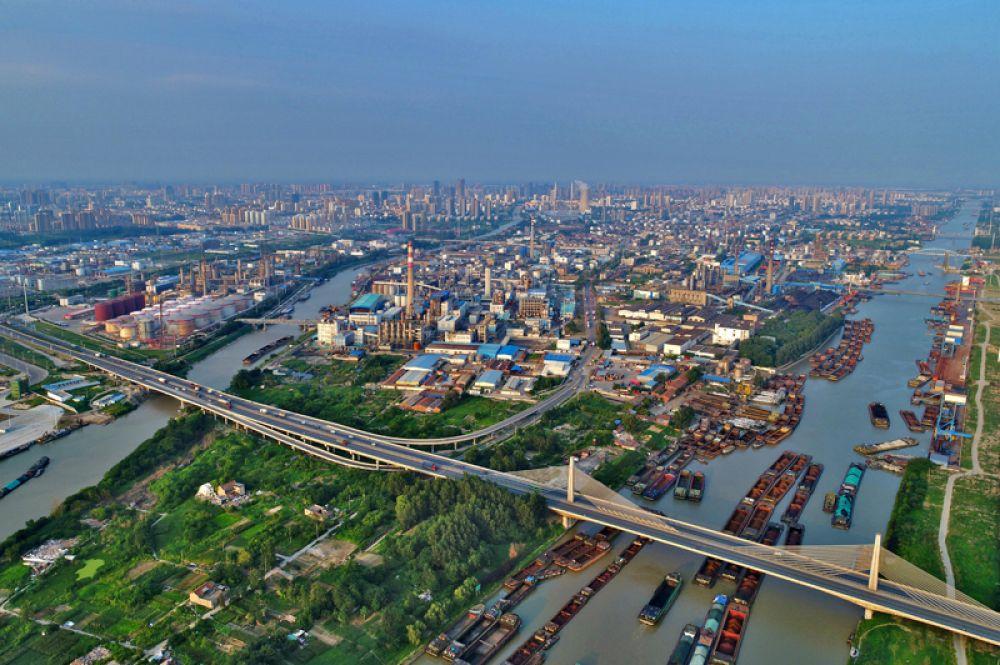 Великий канал Китая — одно из древнейших ныне действующих гидротехнических сооружений мира. Он строился в течение двух тысяч лет — с VI в. до н. э. до XIII в. н. э. В настоящее время является одной из важнейших внутренних водных артерий КНР, соединяет крупные порты Шанхай и Тяньцзинь.