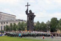Участники крестного хода в Москве к памятнику князя Владимира в День крещения Руси.