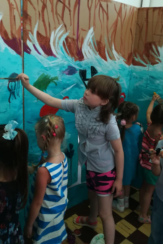 Дети рисуют волны.