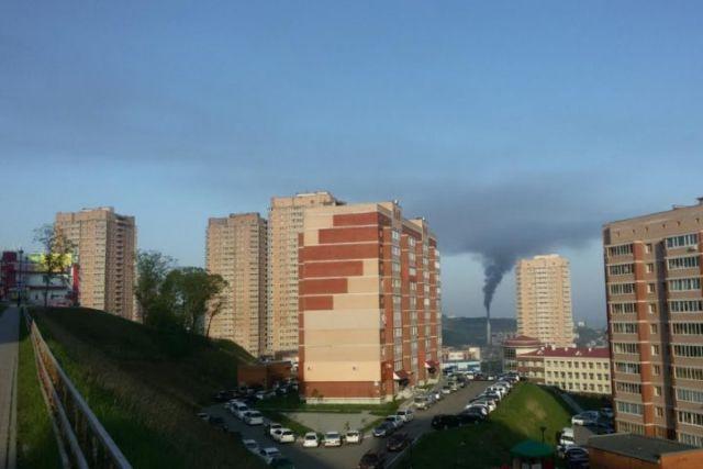 Опасный дым тянется над городом с утра до вечера.