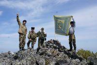 На вершине горы водрузили знамя войска