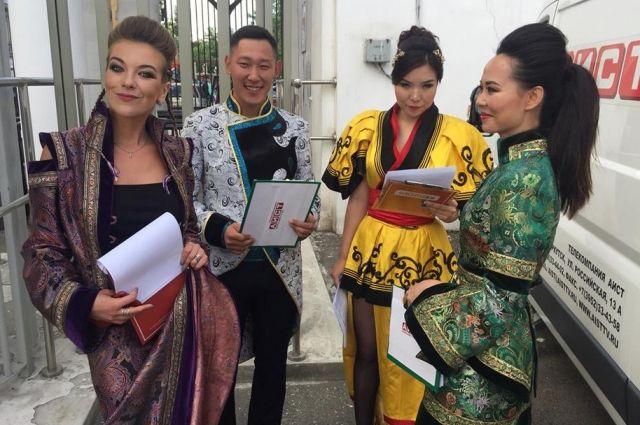 От костюмов до прически и макияжа был продуман и образ телеведущих фестиваля.