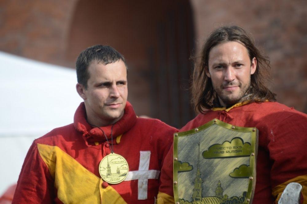 Отважные рыцари сразились в честных поединках.