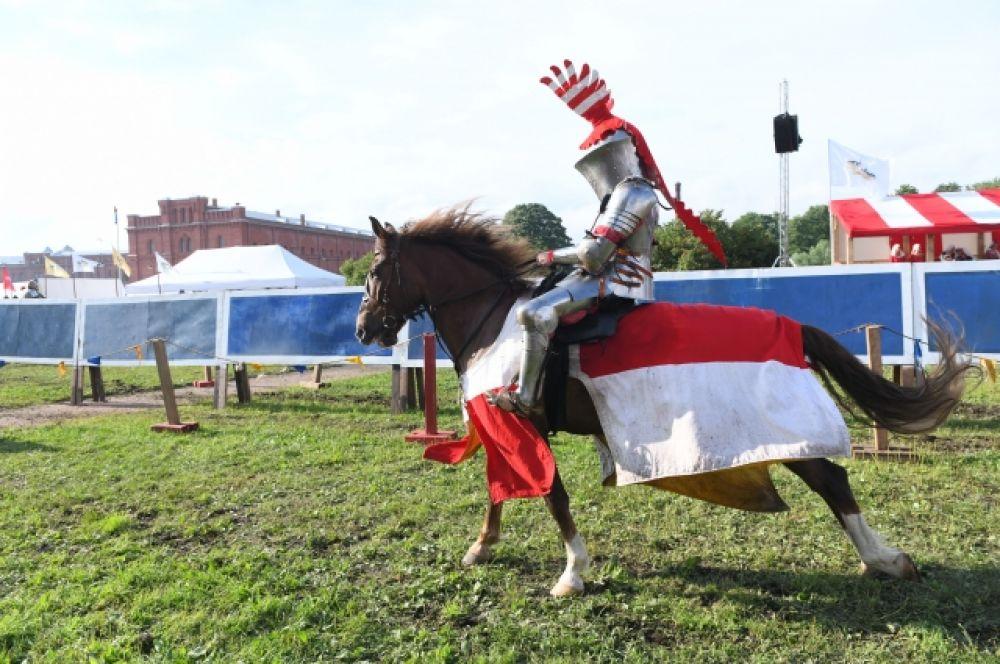 Участники боев оседлали коней.