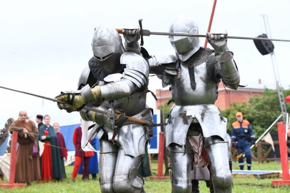 Рыцари продемонстрировали искусство боя.