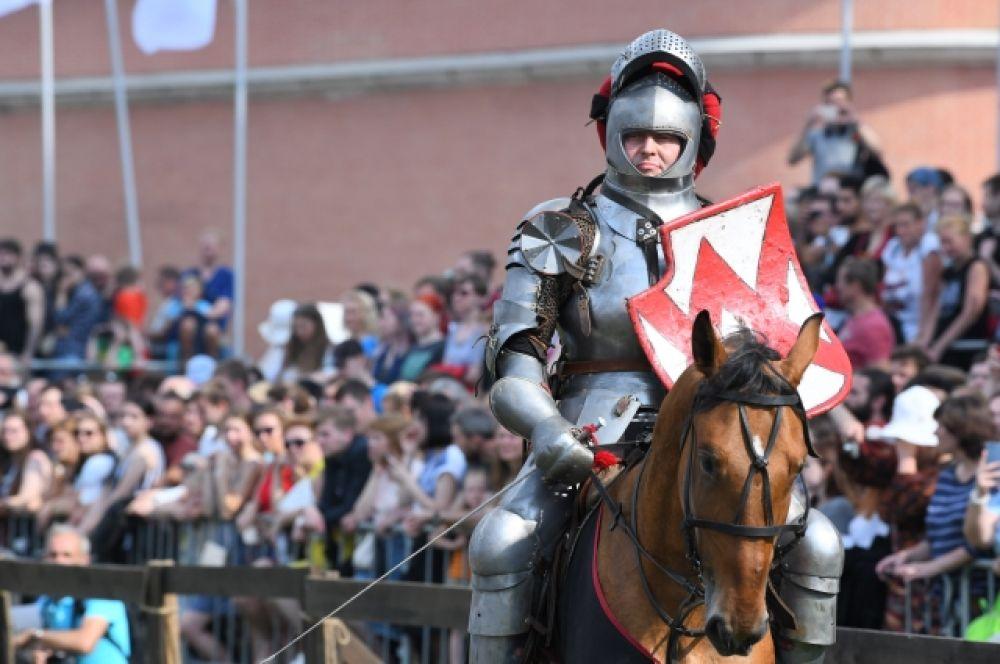 Рыцари собрались на берегу Петропавловской крепости.