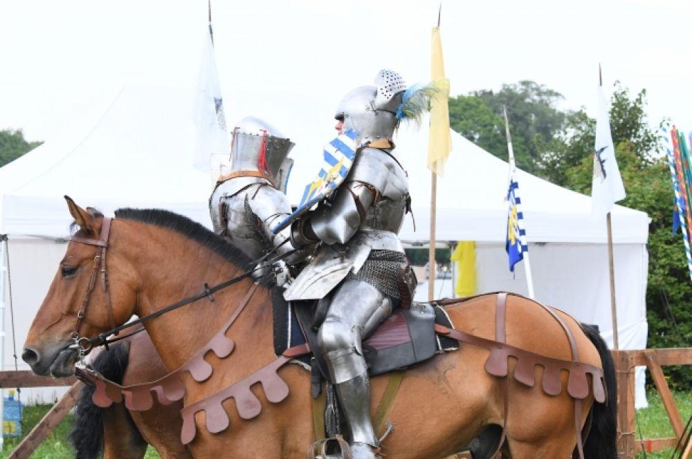 Рыцари были облачены в доспехи.
