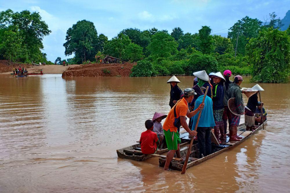 После прорыва эвакуация продолжилась с помощью лодок и плотов.