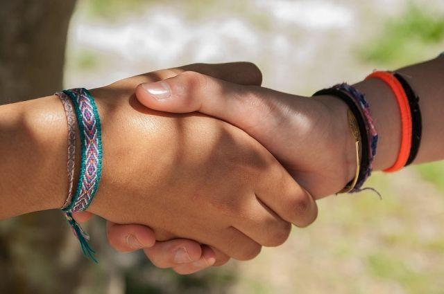 Флешмоб дружеских рукопожатий в честь Международного дня дружбы пройдёт на набережной в воскресенье.