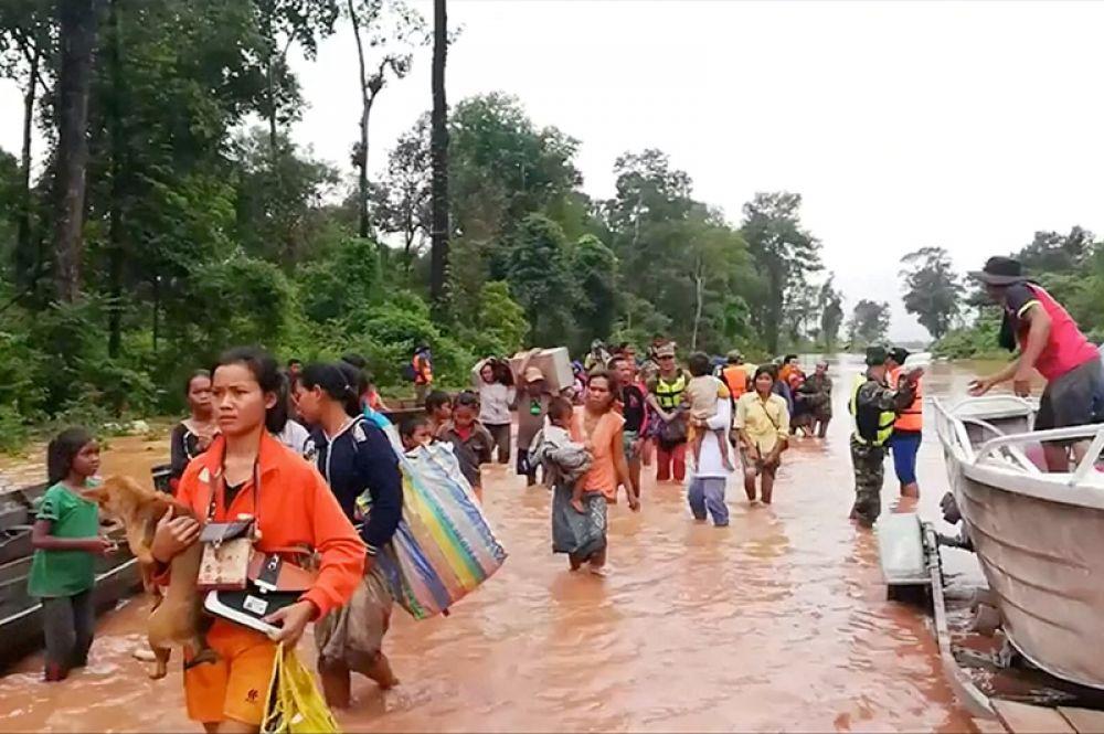 Угроза прорыва дамбы появилась еще в воскресенье из-за сильных ливней, властям провинции удалось эвакуировать часть населения.