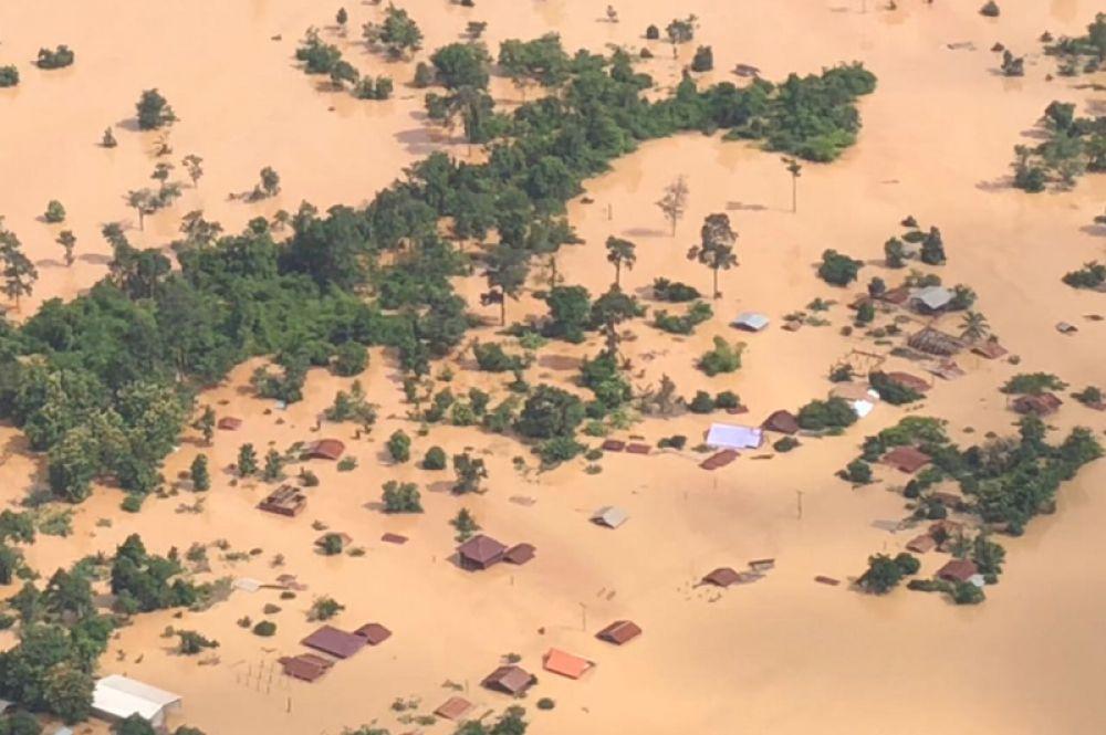 Общий вид на затопленную территорию в провинции Аттапы.