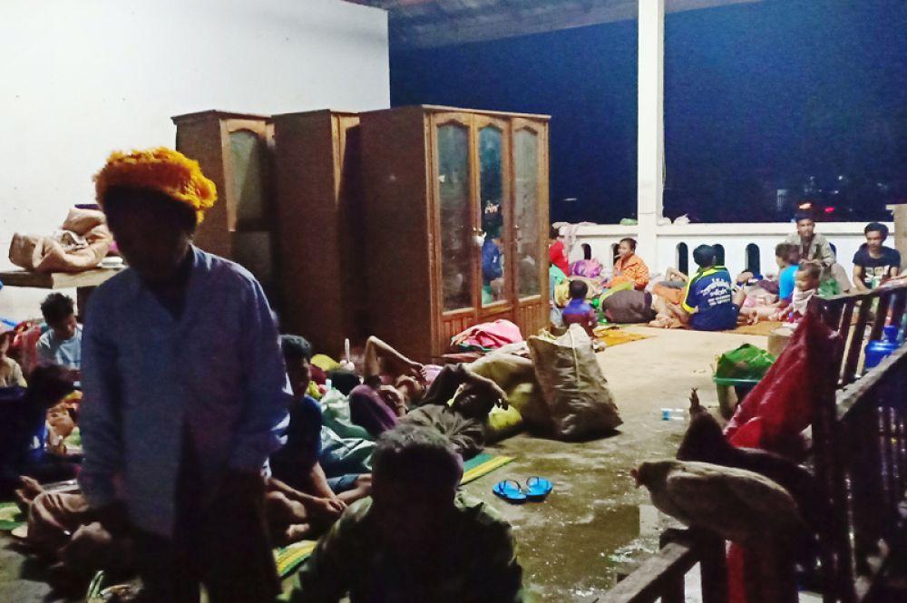 Эвакуированные жители во временном убежище после прорыва дамбы.