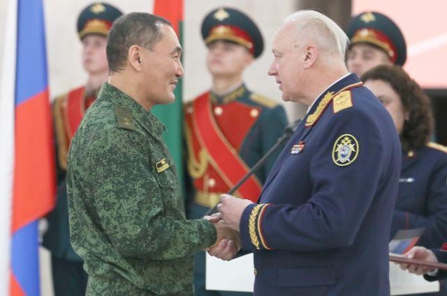 Председатель Следственного комитета Александр Бастрыкин награждает Михаила Музраева.