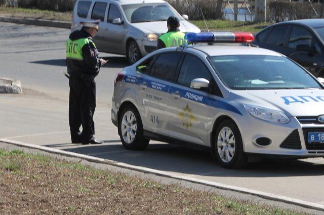В автомобильной аварии столкнулись два легковых автомобиля и фура одной из сети супермаркетов.