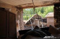 Напор воды был такой силы, что выбил в доме стену.