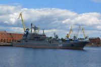 Большой десантный корабль «Минск» у причальной стенки завода.